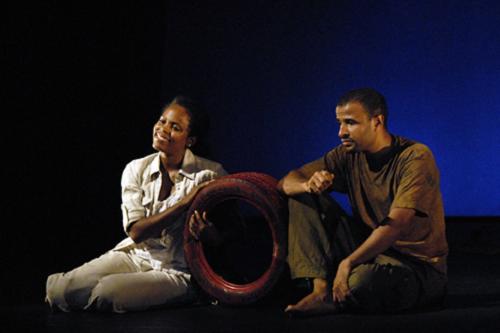 Daniely Francisque (Hélène) et Patrice Le Namouric (Nabil), dans Le Collier d'Hélène, 2009 Théâtre du Flamboyant
