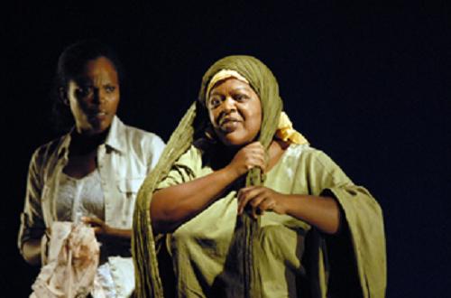 Daniely Francisque (Hélène) et Lucette Salibur (la femme qui a perdu son fils), dans Le Collier d'Hélène, 2009 Théâtre du Flamboyant