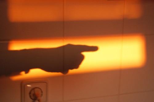 Indication © Patrice Pavis L'index importe plus que l'objet indiqué. Selon un dicton chinois, repris par Brecht, l'idiot regarde le doigt au lieu d'observer la lune vers laquelle il pointe. Dans le spectacle, comme dans toute oeuvre esthétique, il faut donc rester un peu idiot et observer ce que la représentation tente d'indiquer et ce à quoi elle veut en venir.