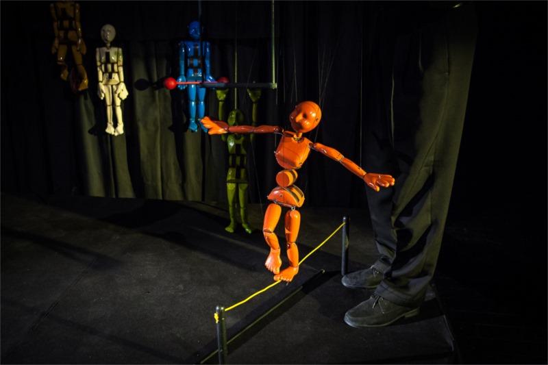 L'acrobate sur la corde raide, manipulé par Stiven Mottram dans « In Suspension ».