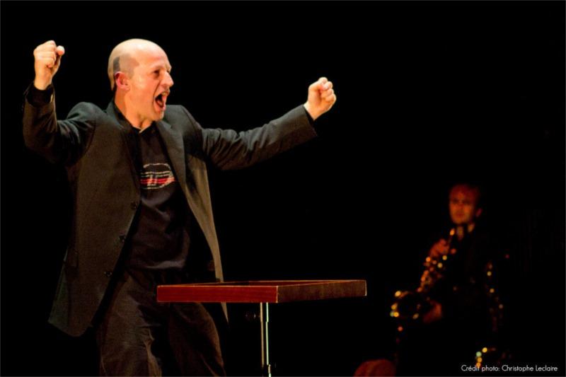 L'acteur de « Touche » Fabio Alessandrini, accompagné par le musicien Damien Hennicker. Photo by Christophe Leclaire