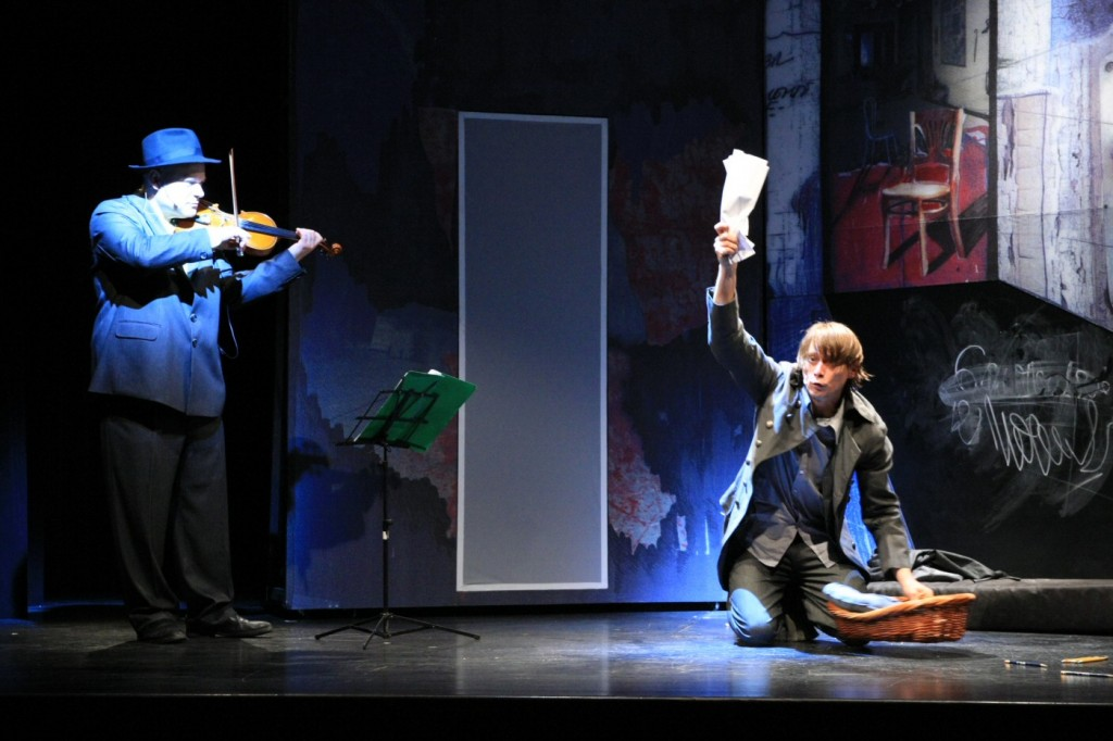 Alexander Bălănescu's violin witnesses how Gogol's madman (Marius Manole) finds the dogs' correspondence in the dogs' basket. Photo by Maria Stefănescu