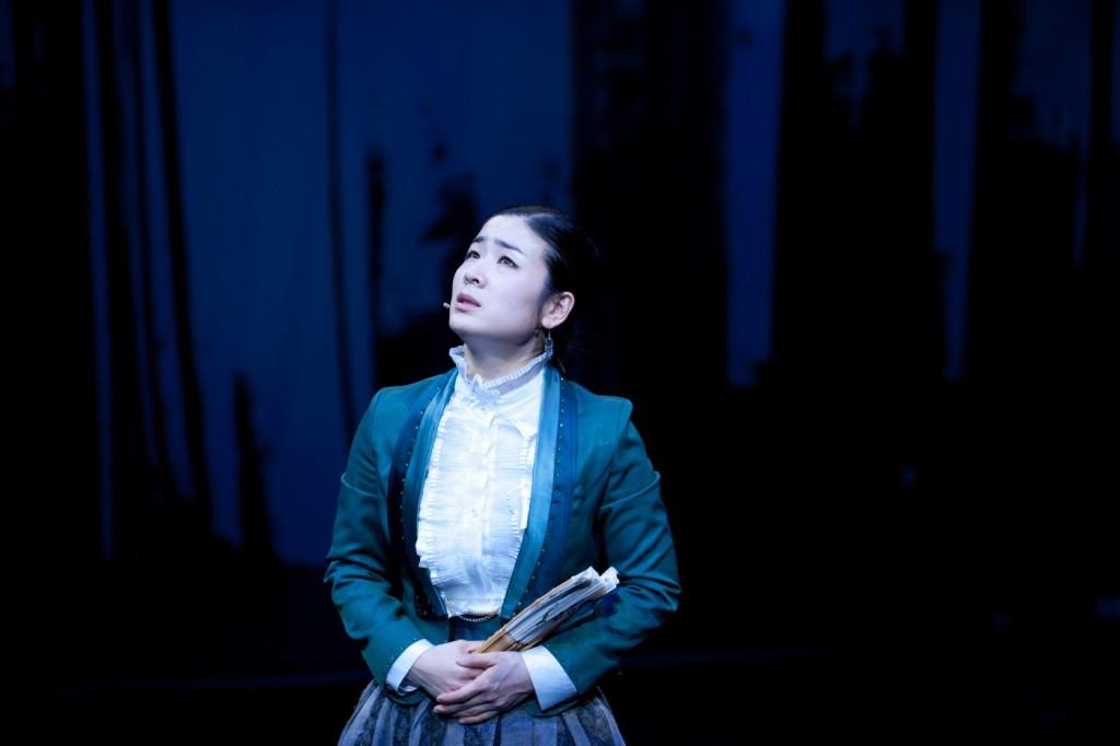 Jaram Lee sings Brecht in Sacheon-Ga. Photo by Michaela Marin