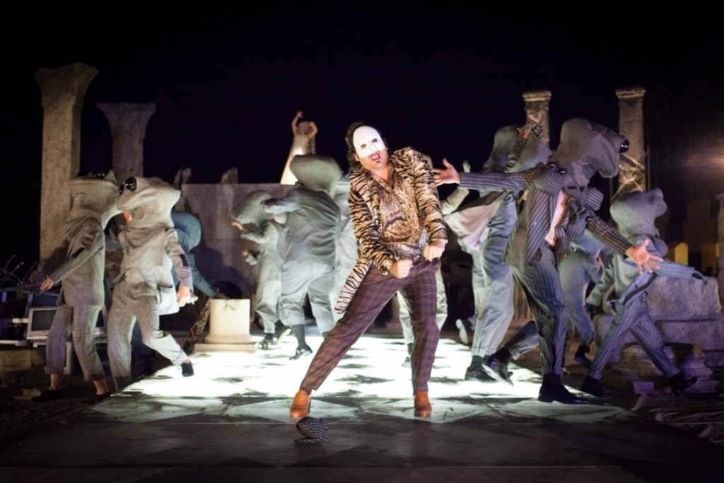 Vasilis Haralambopoulos as Dionysus and the Chorus in The Frogs directed by Yannis Kakleas. Photo: National Theatre of Greece/Patroklos Skafidas