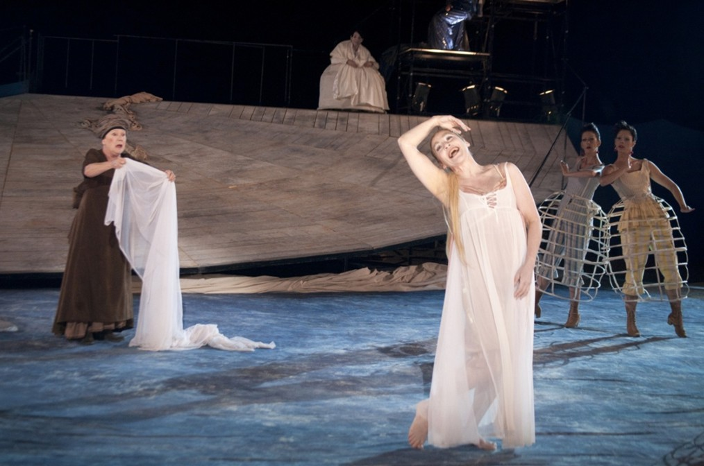 Leda Protopsalti (Trofos), Lydia Koniordou (Faidra) and members of the chorus in Lydia Koniordou's production of Hippolytus. Photo: National Theatre of Greece/Marilena Stafylidou