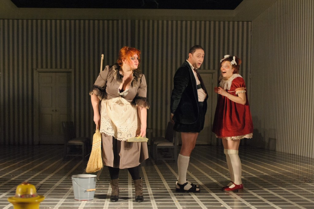 The maid (Levente Molnár, left) gets the blame, when Victor (Áron Dimény) and Esther (Csilla Albert) so decide. Set and costumes by Dragoş Buhagiar. Photo by István Biró