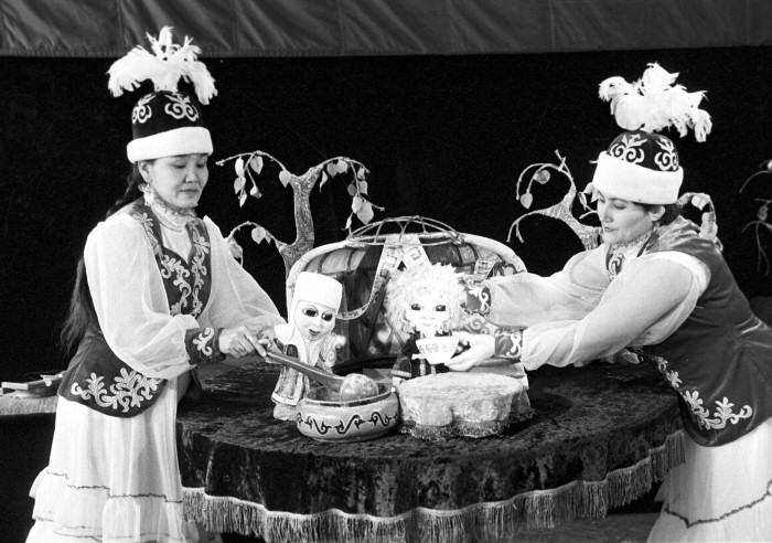 La scène du spectacle « Le vieillard Perlati », Almaty, 1987. © Archives du théâtre républicain des marionnettes du Kazakhstan.