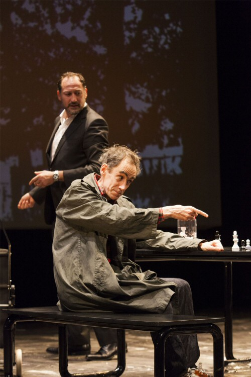 Daniel Albaladejo (assis) et César Sarachu évoquant les conditions du championnat dans Reykjavik. Photo par Sergio Parra
