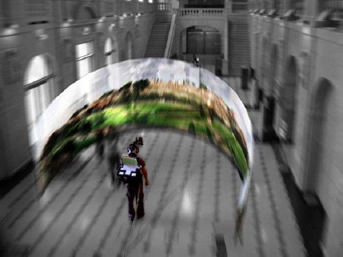 Dispositif immersif à l'aide de lunettes vidéo immersives, W Double U, mise-en-scène de Eric Joris, compagnie CREW, 2009 © Eric Joris