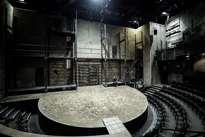 The loneliness of Richard (Lars Eidinger). Set design by Jan Pappelbaum. Photo Arno Declair