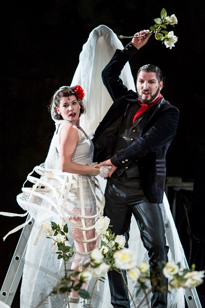 András Csaba Molnos (right) and Emese Simó, the young-but-not-so-romantic Macheath family. Photo by Adi Marineci