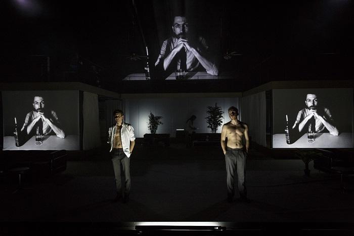 Les deux spécialistes d'Archimboldi, J.-Cl. Pelletier et M. Espinoza, à l'hôtel à Santa Teresa. Sur les écrans, P. Morini chez lui en Italie. Photo par Christophe Raynaud de Lage