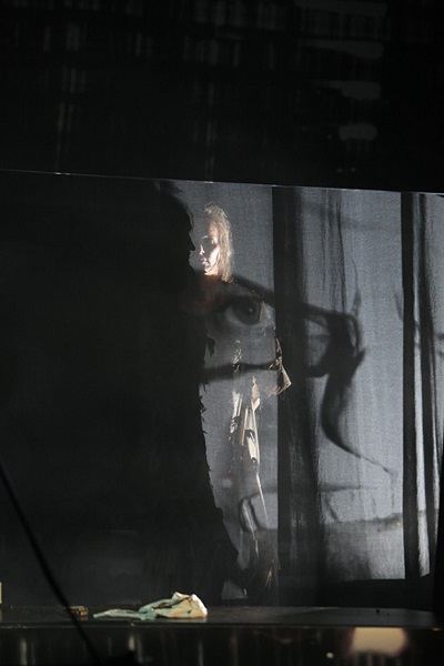 Image from the 2015 Theater Bremen production of Verbrennungen. Photo: Jörg Landsberg