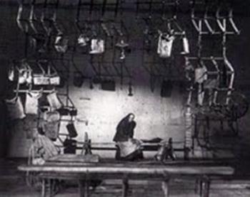 Les Chevaux de bois de Fiodor Abramov, mise en scène de Boris Lioubimov, 1973, Théâtre de la Taganka. Milenteva (Alla Demidova) parmi les objets de la Russie du nord accrochés à des herses agricoles © Bajenov.