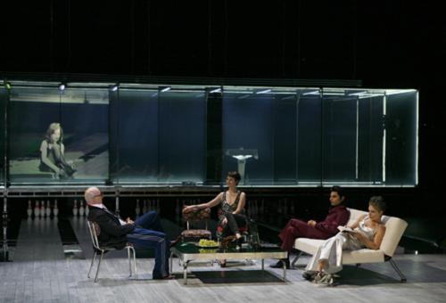 (de gauche à droite) Isabelle Huppert (sur l'écran), Yann Collette, Florence Thomassin, Cristian Sotto, Renate Jett © Pascal Victor