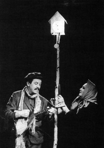 Dounia et Kouzkine au pied de leur « maison » © Bajenov.