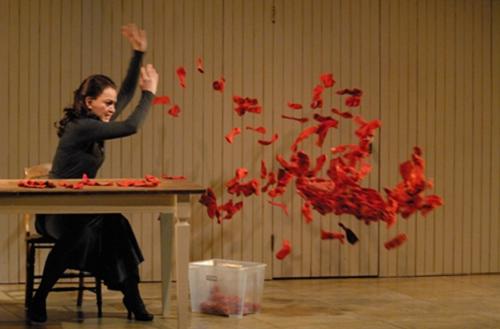 Titre : La Liste. Auteure : Jennifer Tremblay. M.e.s. : Marie-Thérèse Fortin. Production : Théâtre d'Aujourd'hui. Lieu : Théâtre d'Aujourd'hui (2010). Actrice : Sylvie Drapeau. Photographe : Suzanne O'Neill.