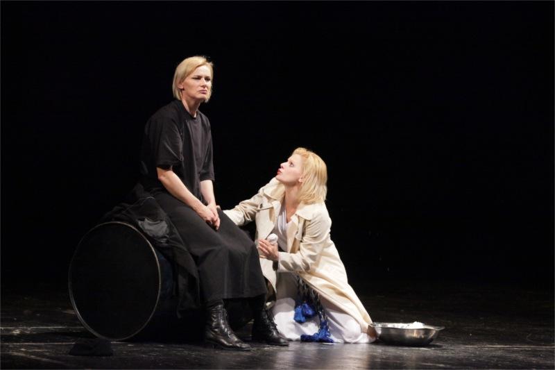 Mariana Mihua and Ofelia Popii in Electra, Dir. Mihai Manutiu © Mihaela Marin & TNRS