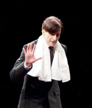 Nata Murvanidze dans Hitler mon ami, d'Ukio Missima, dir. David Mghébrichvilli, Théâtre du Quartier Royale, Tbilissi, Géorgie © Irina Abjandadzé.