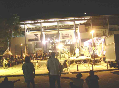 Parvis du Centre Sonis à Pointe à Pitre, Guadeloupe. Lieu du Festival du téat zabim, devenu Festival Cap Excellence. Reprise du festival en 2009 © Alvina Ruprecht
