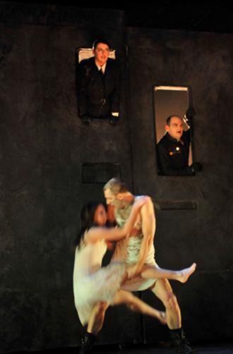Figure 1 : Linda Laplante (Patricien), Nicolas Letourneau (Mucius), Krystel Descary (Drusilla), Christian Michaud (Caligula)