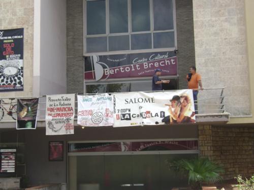 La porte du Théâtre Bertolt Brecht, La Havana. Photo : Alvina Ruprecht, 22 janvier 2011.
