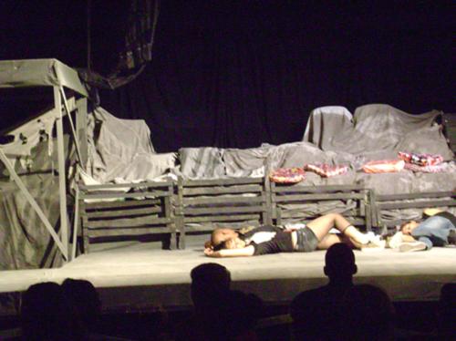 Les chats dorment sur la toiture. Scénographie pour Solo de Gato au Théâtre Bertolt Brecht, La Havana. Photo : Alvina Ruprecht, 22 janvier 2011.