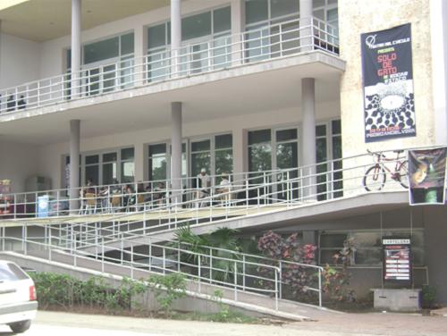 Une partie de la façade et les étages supérieurs du Théâtre Bertolt Brecht, La Havana. Photo : Alvina Ruprecht, 21 janvier 2011.