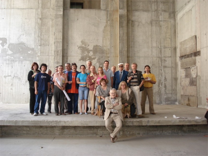 The entire company of the Excelsior Theatre at the construction site of the new theatre in 2008 in Bucharest (Romania) © Excelsior Theatre