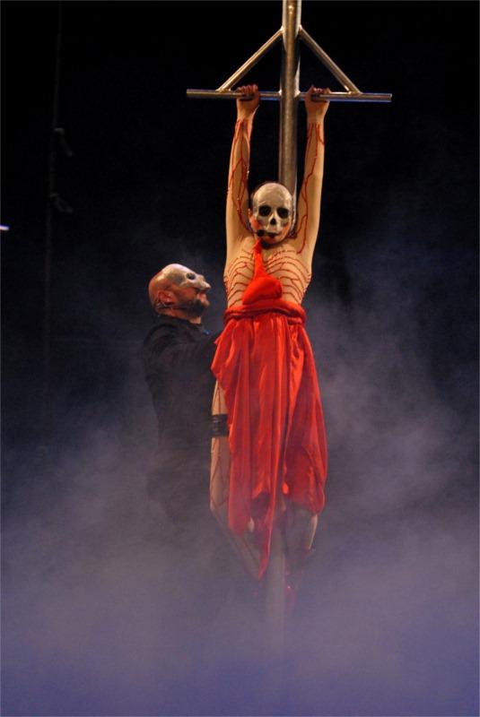 Gorast Cvetkovski and Ana Stojanovska in Dracula, directed by Srdjan Janićijević at Macedonia National Theatre in Skopje (Macedonia) © Igor Todorovski
