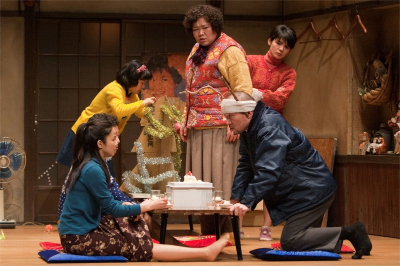 Yakiniku Dragon, written and directed by Chong Wishing at the New National Theatre, Tokyo, 2011 © Yako Masahiko