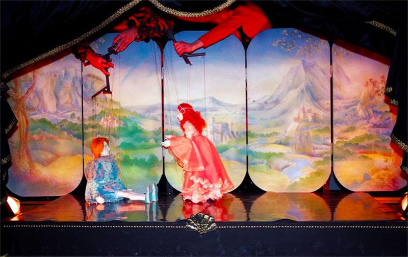 Vladimir Lazovski and Izabela Novotni in Pea Grain and the Princess, directed by Srdjan Janićijević at Teatar Za Deca i Mldaincki in Skjope (Macedonia) © Igor Todorovski