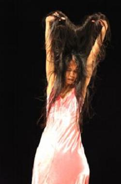 Ditta Miranda in the Pina Bausch dance performance Como el musguito. Photo by Ursula Kaufmann.