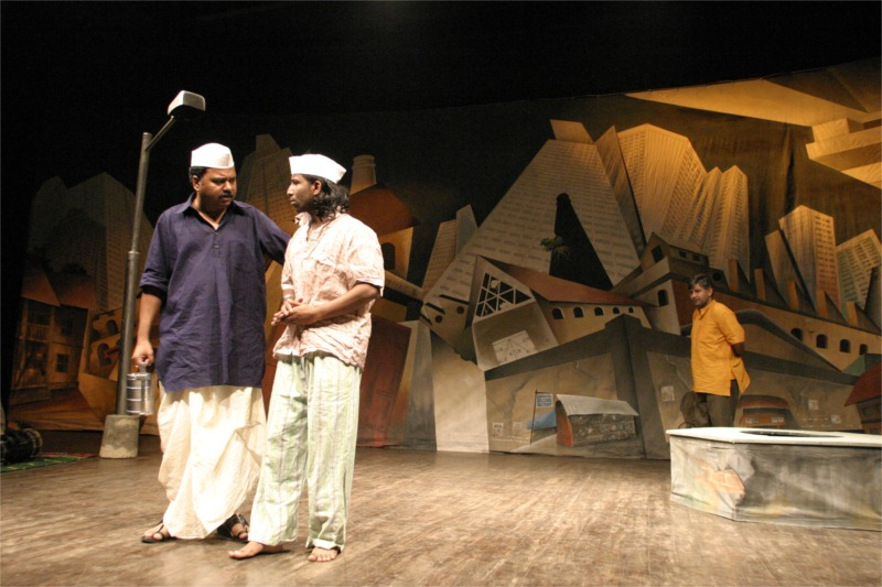 Nagesh Bhosale, Hridaynath Jadhav and Kumud Mishra in Cotton 56, Polyester 84, written by Ramu Ramanathan, directed by Sunil Shanbag for Arpana at Prithvi Theatre (India) © Kartikeyan Shiva, 2006