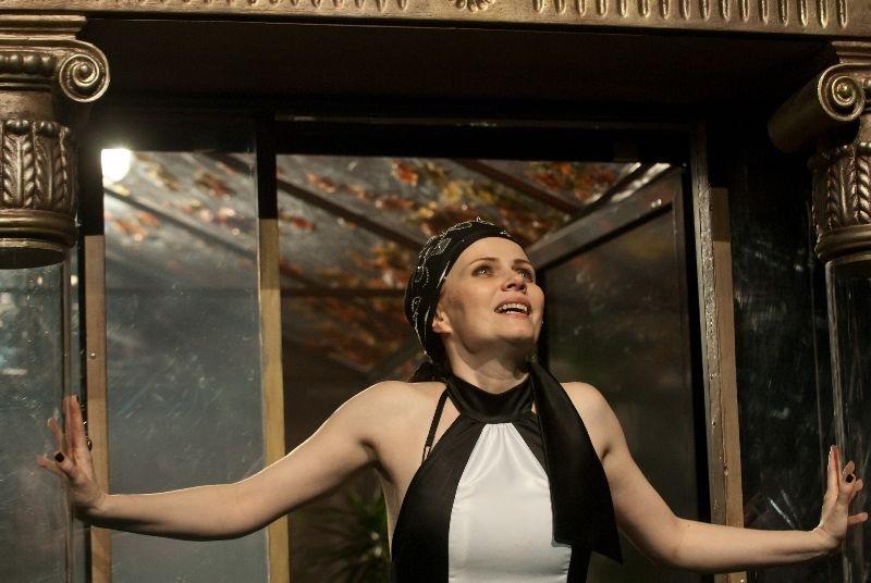 Kezdi Imola as Hedda Gabler.