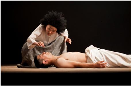 La rencontre entre Ajie(Miranda) et le Prince(Ferdinand). Photo © Hanguk Performing Arts Center(HanPAC)