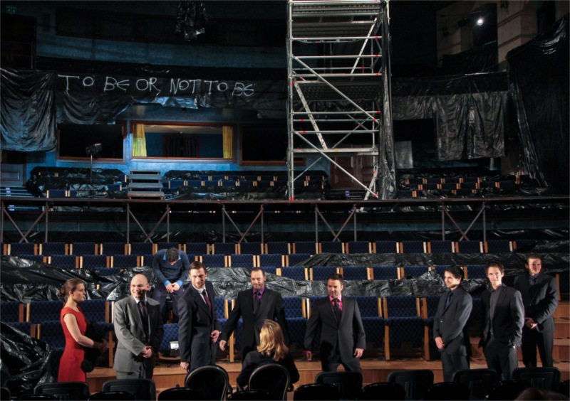 From left Ophelia (Csilla Radnay), Polonius (Roland Rába), Hamlet (Tamás Szabó Kimmel), Claudius (Zalán Makranczi), Rosencrantz (Róbert Marton), Guildenstern (Gábor Hevér), Marcellus (Tibor Fehér), Bernardo (Dénes Farkas) and Francisco (Álmos Előd).