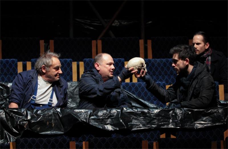 First Gravedigger (Frigyes Hollósi), Second Gravedigger (István Znamenák), Hamlet (Tamás Szabó Kimmel) and Horatio (Bence Mátyássy).