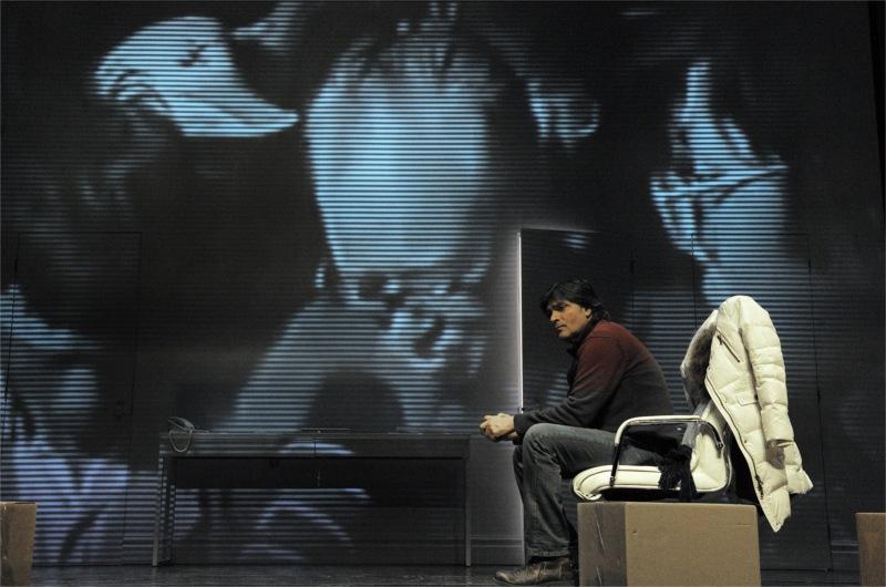 Jean-François Piché (Jérémie) dans Je pense à Yu de Carole Fréchette, mise en scène de Marie Gignac. © Valérie Remise.
