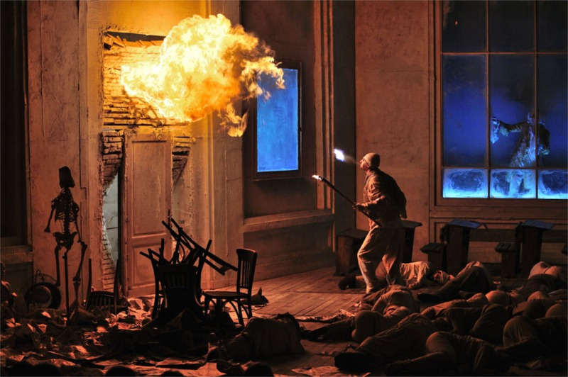 A door in flames is among the minor effects of Purcarete's Faust. © TNRS