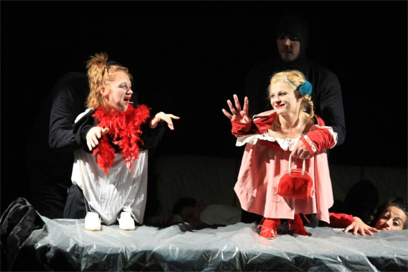 Actresses as marionettes with actors as puppeteers is a hilarious scene in Purcarete's Gulliver. © TNRS FITS 2012