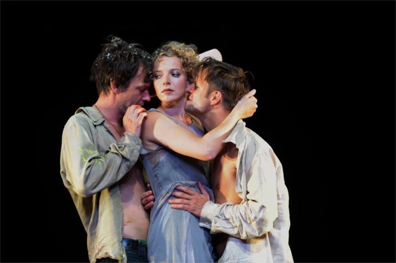 Sebastian Rudolph (Faust), Patrycia Ziolkowska (Gretchen), Philipp Hochmair (Mephisto) in Faust I © Krafft Angerer