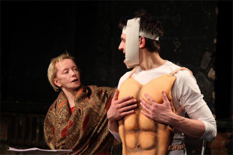 In Berlusputin, Evdokia Germanova as Mrs. Putin admires her husband Vladimir Putin, played by Sergey Epishev. © Teatr.doc