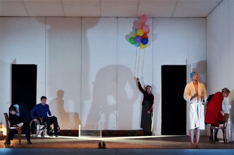 La pièce croate « My Son Just Walks a Little Slower », écrite par Ivor Martinić et mise en scène par Janusz Kika, présente une famille véritablement dysfonctionnelle. © Velija Hasanbegović