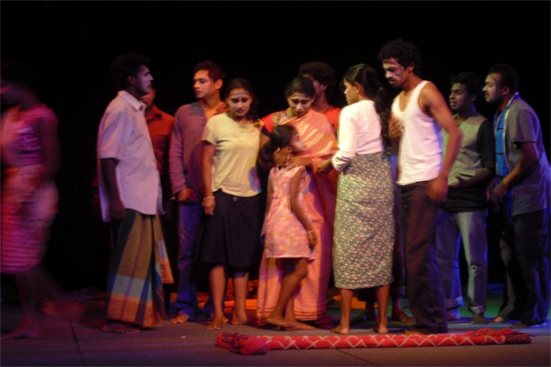 "A tragic moment in ""Disaster Market"" © Janakraliya Mobile Theatre"