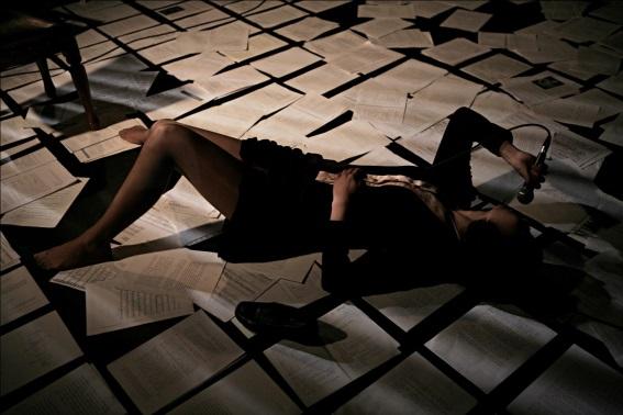 Le corps, qui chez Na Hyeseok réclame liberté et identité, n'est jamais ouvert et abandonné. Placé sous surveillance, il reste attaché au fil du micro et à une parole sans cesse sommée de se justifier. Ce corps n'appartient pas vraiment à la femme qui l'incarne : les jambes en l'air ou, comme ici, écartées, ne témoignent pas d'une quelconque liberté sexuelle. À ce moment-là, en effet, Na Hyeseok parle des contraintes et des violences sexuelles que subit le corps féminin, y compris dans la vie conjugale quotidienne. Le jeu de Jeon Seonwoo et la mise en scène de Yoon Hansol laissent sentir les infimes variations de son intensité et de sa souffrance, de ses humiliations et de ses déceptions, de ses combats et de ses défaillances.