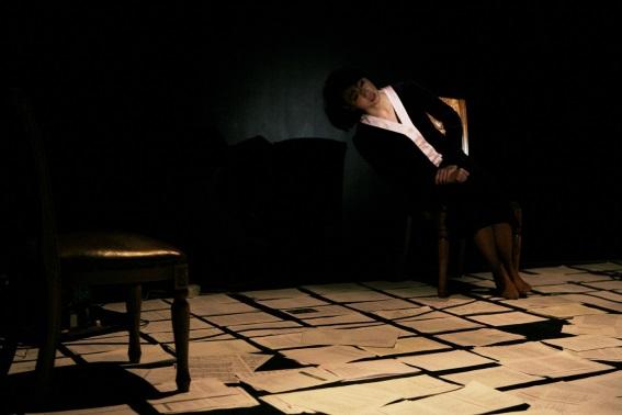 Par trois fois, le personnage glisse du fauteuil par le côté gauche. Deux fois, l'actrice se rattrape juste avant de heurter le sol ; la troisième fois, elle entraîne dans sa chute le fauteuil, qui claque sèchement sur les dalles froides.