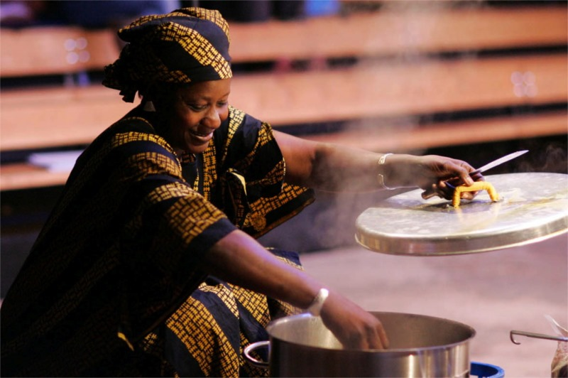 "Diarrah Sanogo in ""Bougouniéré invite à dîner,"" written by Jean-Louis Sagot-Duvauroux and Alioune Ifra Ndiaye, direction by Patrick Le Mauff for Compagnie BlonBa at Les Francophonies en Limousin (Limoges, France) © Gilles Perrin"