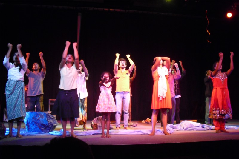 "The grand finale of ""Disaster Market"" © Janakraliya Mobile Theatre"