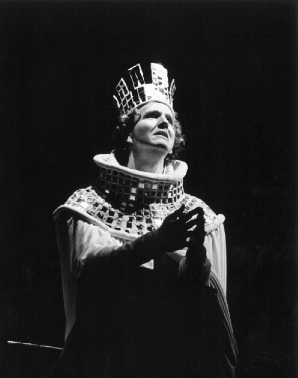 "Alexander Kinney in the title role of Shakespeare's ""Richard II."" Premiered March 6, 1975 at Zellerbach Playhouse, University of California, Berkeley (USA). Direction by Robert Goldsby; costumes by John Warren Travis. © Dennis Galloway for the Department of Dramatic Art, UC Berkeley."